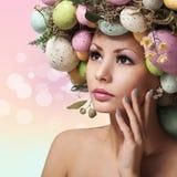 Wielkanocna kobieta. Wiosny dziewczyna z mody fryzurą. Portret Fotografia Stock