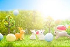 Wielkanocna królik zabawka na wiosny zielonej trawie Z magii książką fantazj abstrakcjonistyczni tła Zdjęcie Royalty Free