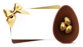 Wielkanocna prezent karta z czekoladowymi Easter jajkami z złotym tasiemkowym łękiem odizolowywającym na bielu ilustracji