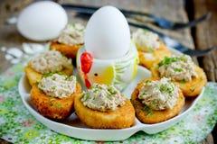 Wielkanocna przekąska faszerujący jajka głęboko wypełniali z, smażyli i, tuńczykiem, yolk, koperem i majonezem obrazy royalty free