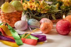 Wielkanocna pykniczna jajko dekoracja na Wielkanocnych wakacyjnych tradycyjnych Wielkanocnych jajkach malował dekorację na białym fotografia royalty free