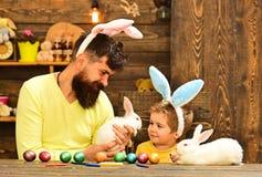 Wielkanocna rodzina z sfa?szowanymi kr?lik?w ucho obraz royalty free