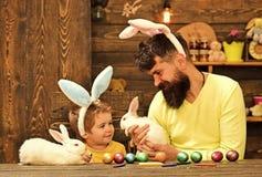 Wielkanocna rodzina z sfa?szowanymi kr?lik?w ucho obraz stock