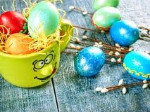 Wielkanocna wierzba i Wielkanocny jajko na autentycznym tle Wielkanoc karty szczęśliwy Fotografia Royalty Free