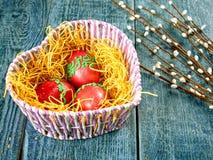 Wielkanocna wierzba i Wielkanocny jajko na autentycznym tle Wielkanoc karty szczęśliwy Obrazy Stock