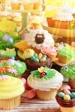 Wielkanocne babeczki i Wielkanocni jajka Obraz Royalty Free