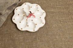 Wielkanocne ceramiczne jajeczne filiżanki na tekstylnym tle Obraz Stock