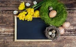 Wielkanocne dekoracje i czerni deska Obrazy Stock