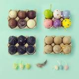 Wielkanocne wakacyjne dekoracje dla obyczajowego sceny tworzenia na widok Retro filtrowy skutek Zdjęcie Stock