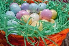 Wielkanocnego jajka cukierek, kosz Fotografia Stock