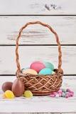 Wielkanocnego jajka cukierki i kosz Obraz Royalty Free
