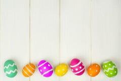 Wielkanocnego jajka granica na białym drewnie obrazy royalty free