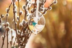 Wielkanocnego jajka obwieszenie od kici wierzby gałąź fotografia stock