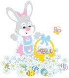 Wielkanocnego jajka polowanie w kwiatach Zdjęcia Stock