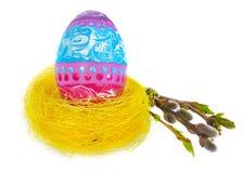 Wielkanocnego jajka ręka malująca w żółtym ptasim ` s gniazdeczku z kwitnienie gałązką Zdjęcie Royalty Free