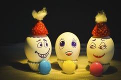 Wielkanocnego jajka rodzina w bożych narodzeniach z cudu dzieckiem z kolorowymi przedmiotami obraz stock