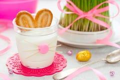 Wielkanocnego królika deserowa śmietanka w szkle, śmieszny pomysł dla Wielkanocnego trea Zdjęcie Stock