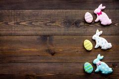 Wielkanocnego królika i Easter jajek ciastka Wielkanocni symbole i tradycje Ciemna drewniana tło odgórnego widoku kopii przestrze Obrazy Royalty Free