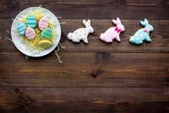 Wielkanocnego królika i Easter jajek ciastka Wielkanocni symbole i tradycje Ciemna drewniana tło odgórnego widoku kopii przestrze Zdjęcia Stock
