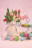 Wielkanocnego królika jajka i tulipany Obrazy Royalty Free