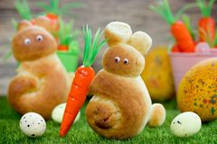 Wielkanocnego królika rolki, zabawa pomysł z drożdżowym ciastem dla wielkanocy Zdjęcia Royalty Free
