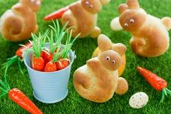 Wielkanocnego królika rolki, zabawa pomysł z drożdżowym ciastem dla wielkanocy Fotografia Stock
