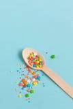 Wielkanocnej dekoraci drewniana łyżka z barwionymi cukrowymi składnikami dalej Obraz Stock