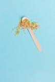 Wielkanocnej dekoraci drewniana łyżka z barwionymi cukrowymi składnikami dalej Zdjęcie Royalty Free