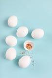 Wielkanocnej dekoraci kurczaka biali jajka i łamany jajko z barwionym Obrazy Stock