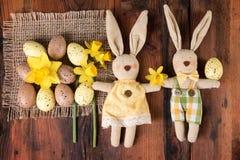 Wielkanocnej rocznik dekoraci Easter uroczy królik nad starym drewnem Odgórny widok Obraz Stock