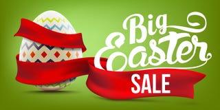 Wielkanocnej sprzedaży sztandaru reklamowy tło z dekorującym jajecznym i czerwonym faborkiem royalty ilustracja
