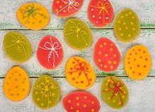 Wielkanocni ciastka dekorujący z lodowaceniem Zdjęcia Stock