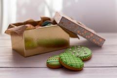 Wielkanocni ciastka w pudełku na popielatym drewnianym tle zdjęcie royalty free