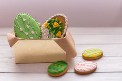 Wielkanocni ciastka w pudełku na popielatym drewnianym tle obrazy stock