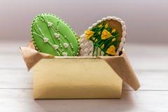 Wielkanocni ciastka w pudełku na popielatym drewnianym tle fotografia royalty free