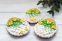 Wielkanocni ciastka z kordzika mirtem na popielatym tle i lelują fotografia royalty free
