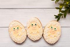 Wielkanocni ciastka z mirtem i caklami na popielatym tle fotografia stock