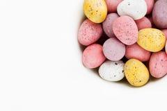 Wielkanocni czekoladowego cukierku jajka na białego tła odgórnym widoku Zdjęcie Royalty Free