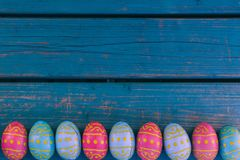 Wielkanocni czekoladowi jajka, błękitna ławka, Easter tło obraz royalty free