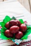 Wielkanocni Czerwonej cebuli Farbujący jajka zdjęcie royalty free