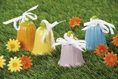 Wielkanocni dźwięczenie dzwony w naturalnym słomy gniazdeczku Zdjęcia Stock