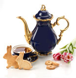 Wielkanocni domowej roboty piernikowi ciastka i herbaciana filiżanka obraz stock