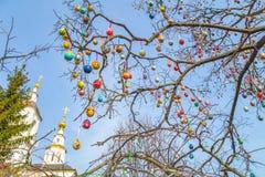 Wielkanocni drzewni jajka z kościół Obraz Royalty Free