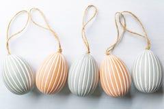 Wielkanocni jajka, świąteczny skład na białym tle zdjęcia royalty free