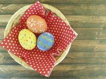 Wielkanocni jajka drewniani, koszykowa dekoracja, kolor żółty, jedzenie Zdjęcie Royalty Free