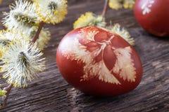 Wielkanocni jajka farbujący z cebulkowymi łupami na stole zdjęcie royalty free