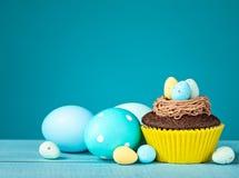 Wielkanocni jajka i babeczka Obraz Royalty Free