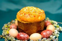 Wielkanocni jajka i chleb na ciemnym tle z wierzbą rozgałęziają się tło fotografia royalty free