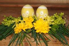 Wielkanocni jajka i colorfol kwiaty Obraz Royalty Free