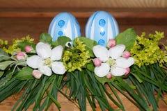Wielkanocni jajka i colorfol kwiaty Obrazy Royalty Free